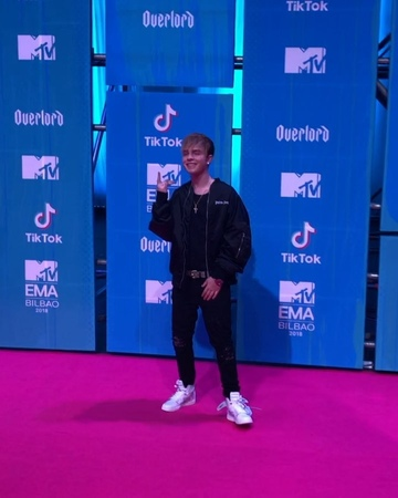 "MTV Germany on Instagram: ""Yes! Best German Act Gewinner @mikesinger darf natürlich auch nicht fehlen! mtvgermany mtvema mikesinger teamsinger"""