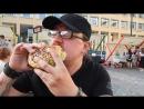 Бургер с котлетой средней прожарки, жареным беконом и сыром. калорий миллионов восемьдесят