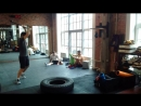 Упражнение с кувалдой по покрышке