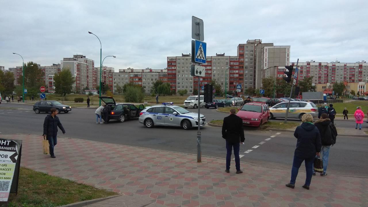 """ДТП на Сябровской - одна машина вылетела на разделительную """"зелёнку"""""""