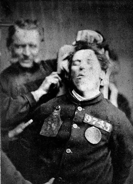 На фото обитатели старейшей психиатрической клиники Бедлам, основанной в Лондоне в 1547 году. Название больницы впоследствии стало нарицательным: вначале как синонимом сумасшедшего дома, а позже