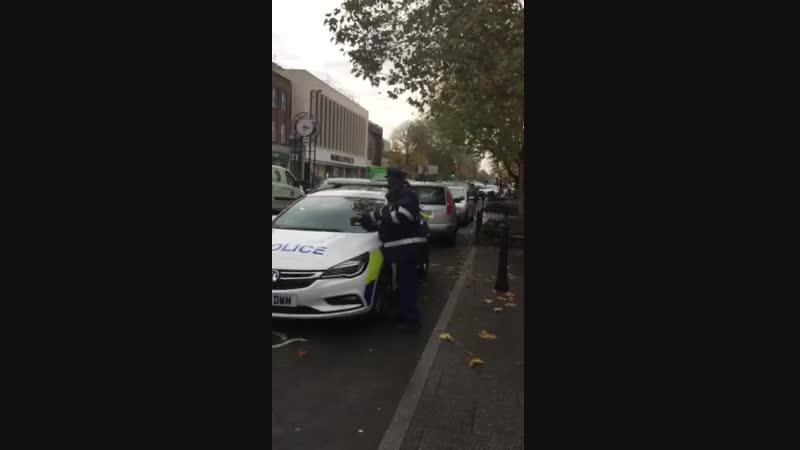 Полицейский выписал штраф полицейской машине за то что он припарковался под знаком инвалид