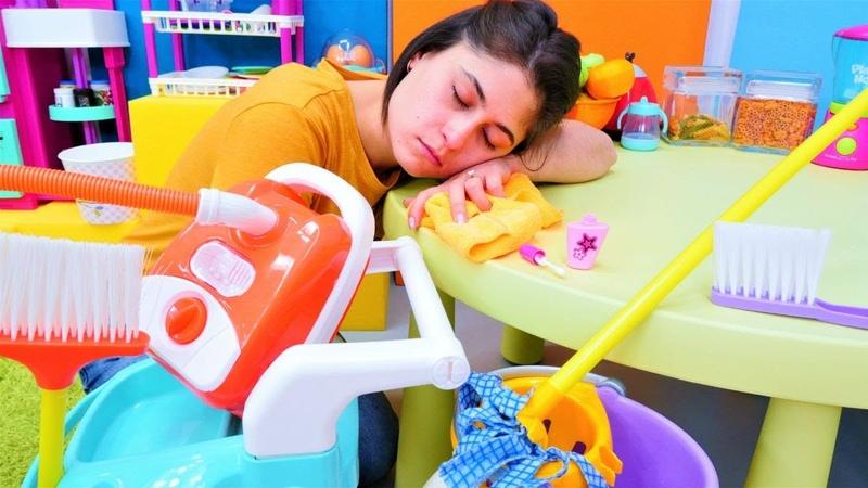 Ayşe temizlik yaparken uyuyor! Evcilik oyunları. Kız oyuncakları ve videoları