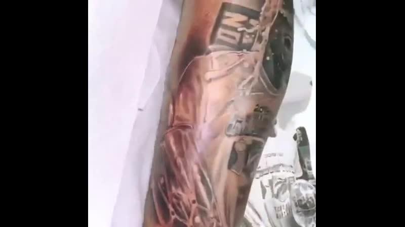 Поклонник получил татуировку празднования Кавая Ленарда