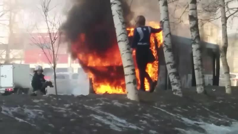В Ижевске 20 03 19 утром загорелся 22 й маршрутный автобус около перекрёстка улиц Удмуртская и Ленина