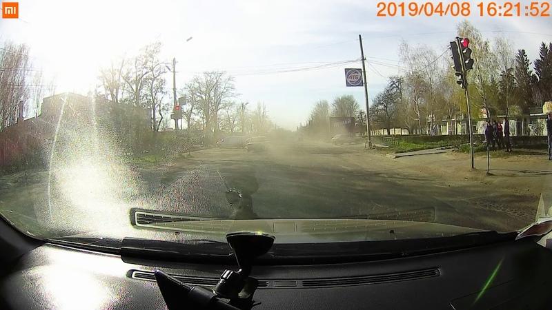 Авто летит на пешеходов в Никополе по Херсонской