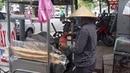 Соки и фрэши в Нячанге Во Вьетнаме на улицах отжимают сок из сахарного тростника