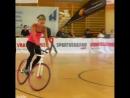 Девушка мастер велосипедных трюков Источник JukinVideo