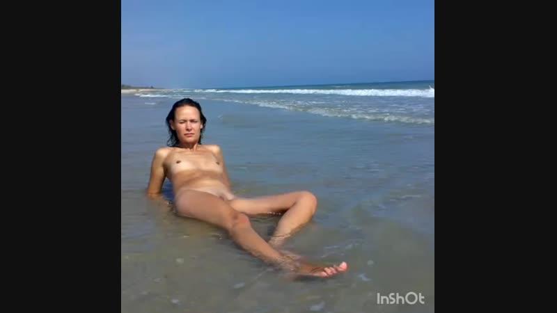 Худенькая стройная нудистка с маленькой грудью голая на пляже. Нудисты, nude beach