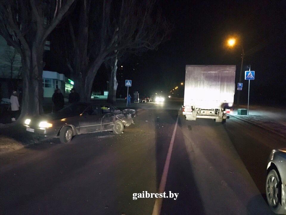 Пьяный водитель на легковушке столкнулся с грузовиком и пытался убежать, но не вышло