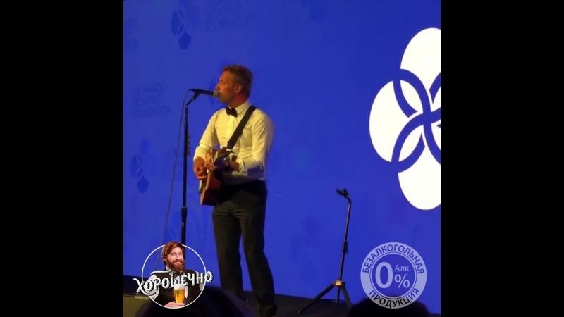 Coldplay спел песню о любви актера к шортам карго. mp4