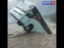 Автобус смыло в Гималаях. Людей в нём не было