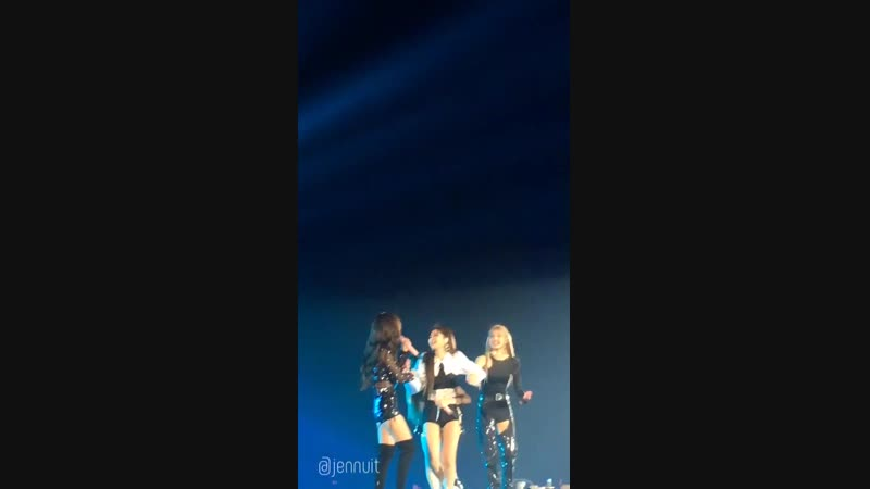 Jennies reaction after she accidentally hit jisoos face