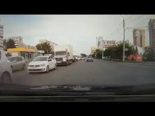 Наглый водитель выехал на встречку