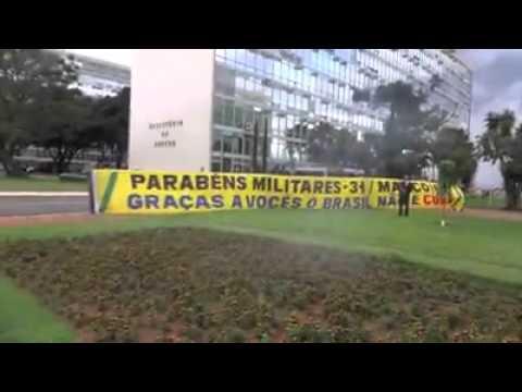 Bolsonaro solta foguete comemorando 31 de março