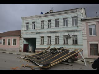 Унесённая ветром! Сильным порывом снесло часть крыши дома в старинной части города