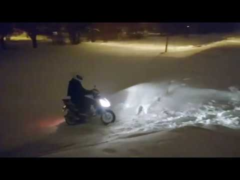 Дикий зимний навал на мото и скутерах