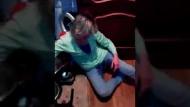 Пьяная жена пришла домой и нассала в штаны!Муж ругает обоссаную пьяную жену!
