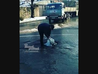 Ростовчанин сам заделал яму в дороге 22.11.2018 Ростов-на-Дону Главный