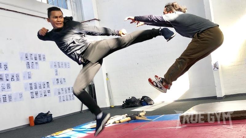Тони Джа реальный бой и сцены из боевиков Основы тайского бокса от Онг Бак