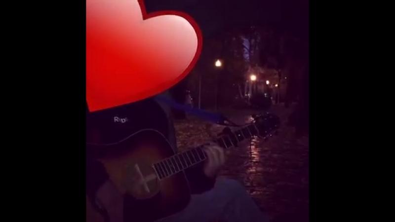 чеченец поёт от души на гитаре