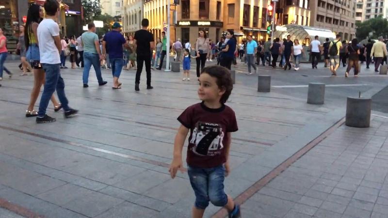Макс гуляет по центру Еревана - Северный проспект 2018