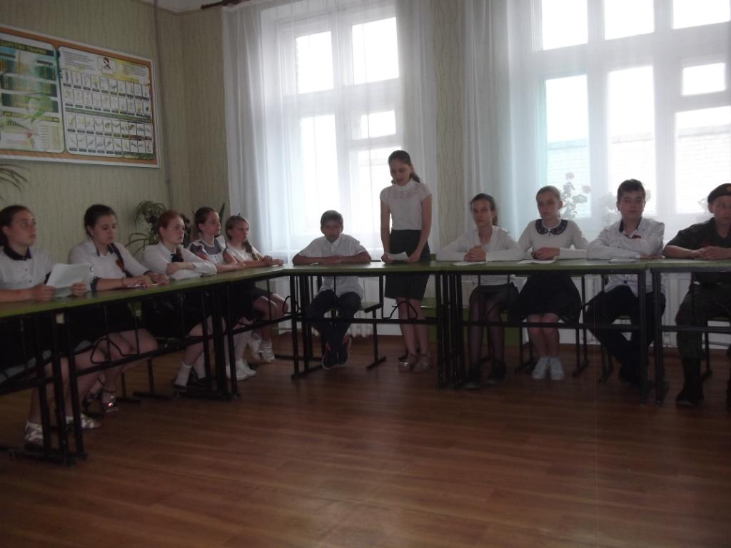 Учащиеся алчевской школы провели литературный вечер памяти Алексея Мозгового