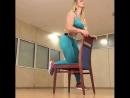 Упражнения для ягодиц с помощью стула