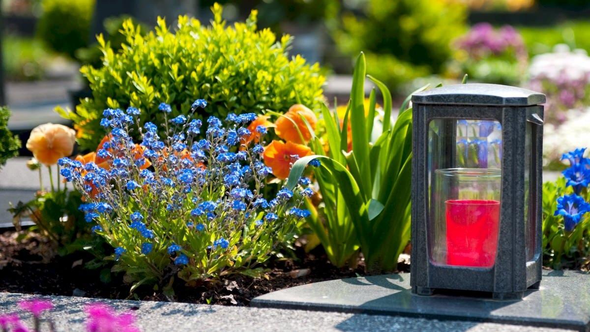 Можно ли ходить на кладбище в Яблочный Спас 2020, что нужно нести на могилки 19 августа