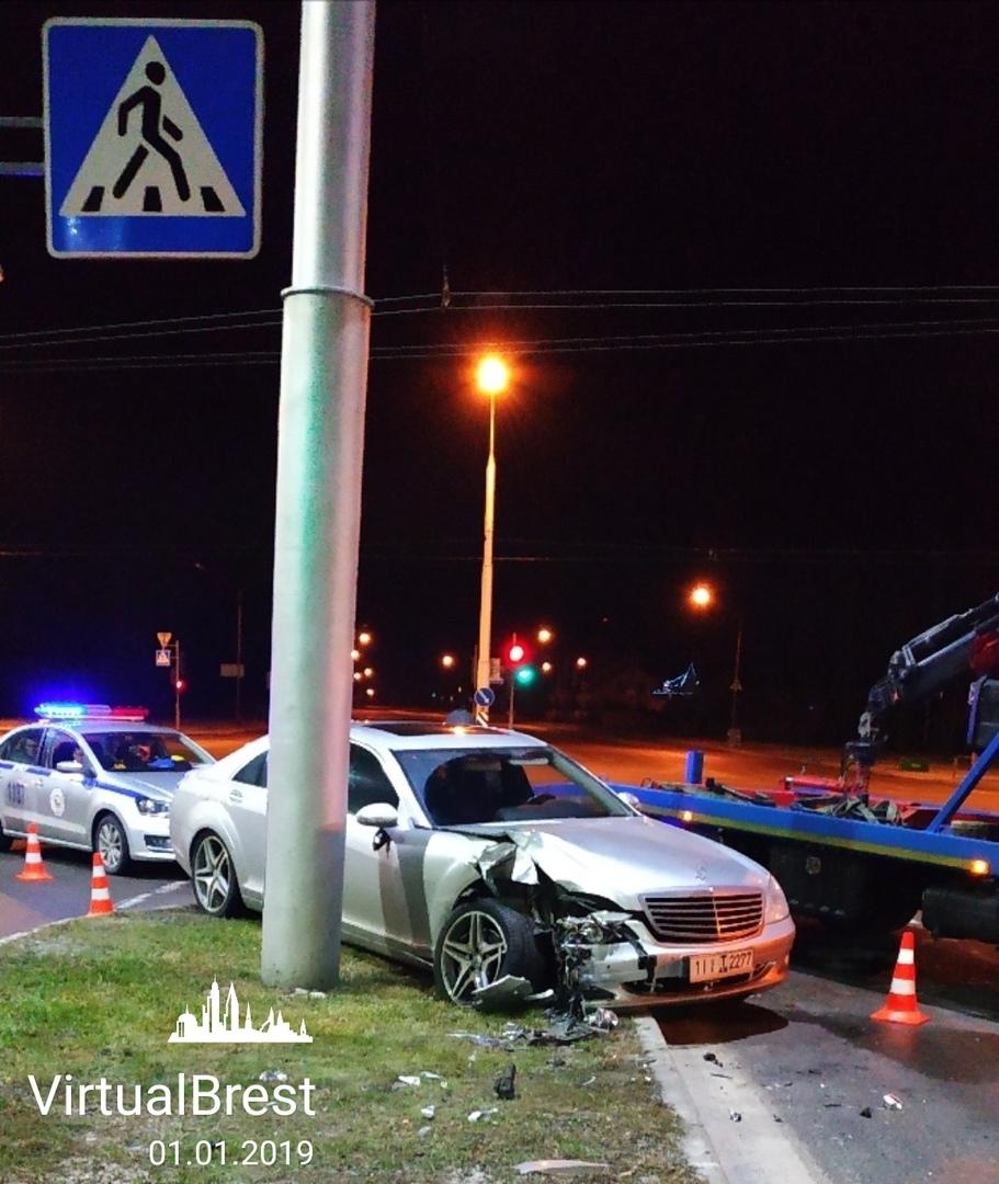 В новогоднюю ночь на проспекте Республики о столб разбился Mercedes-Benz