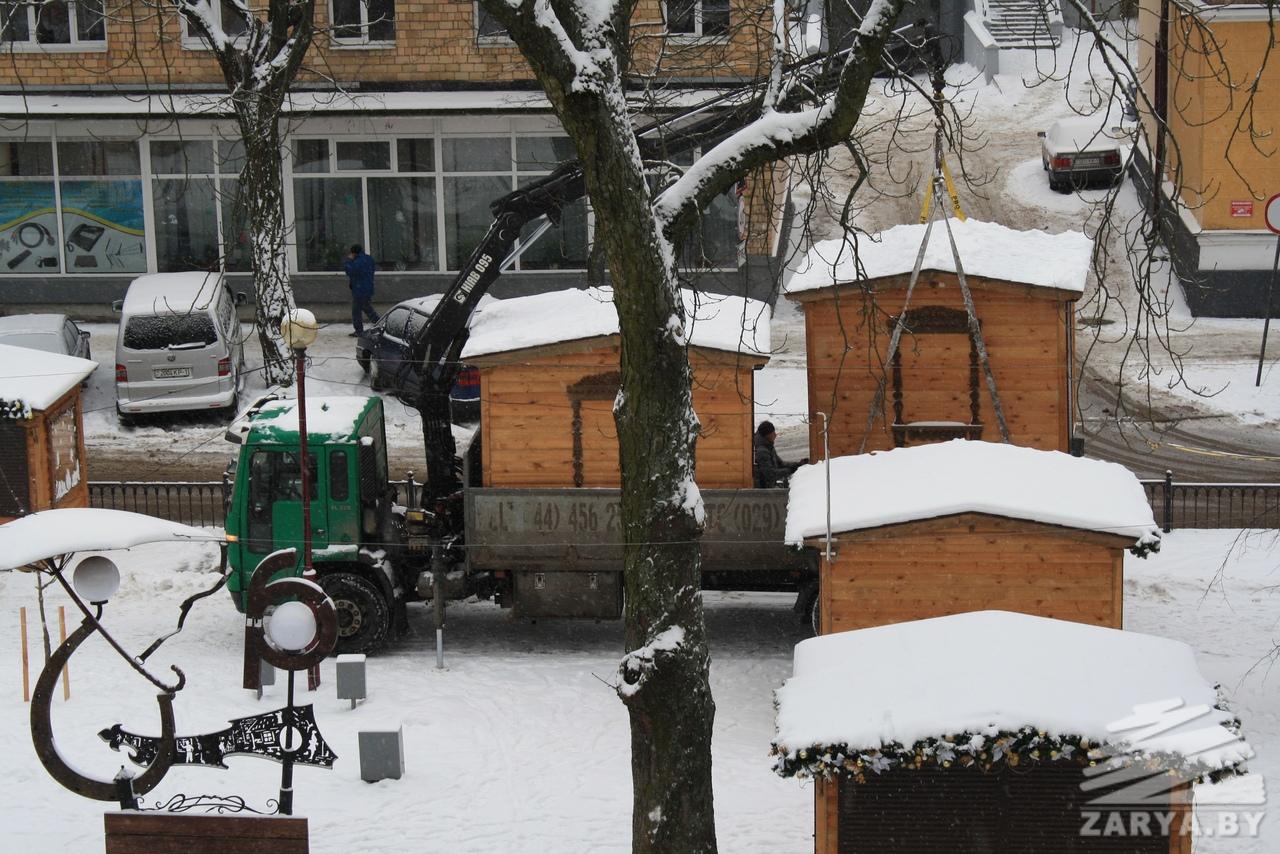 Праздник от нас уходит... На ул. Гоголя убирают домики на ярмарке