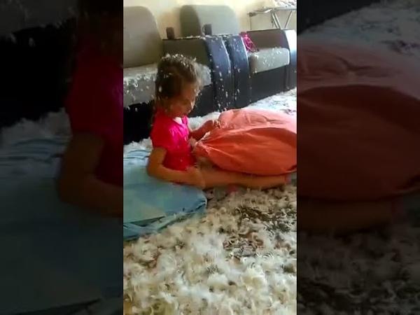 Приколы дети прикольные дети дети шалят девочка и подушка