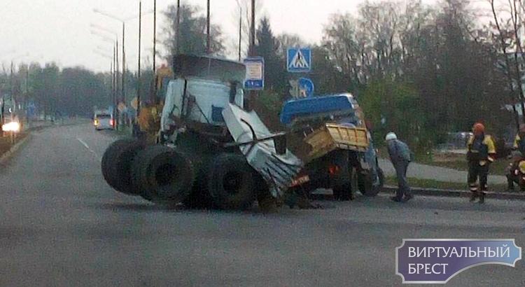 Огромная бетонная балка рухнула с тягача и придавила Газель