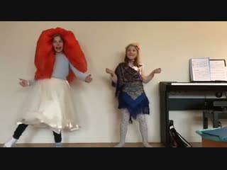 Девочки из Франции поют песню Чудариков Самолёт :)