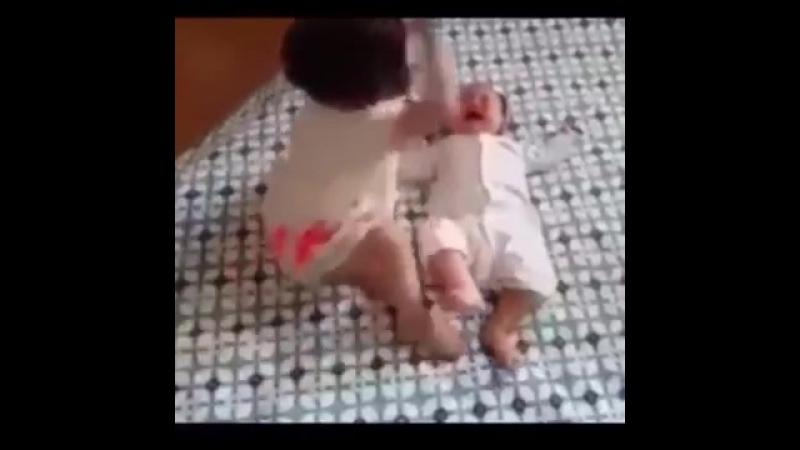 Yenidoğan bebek ablasından dayak yedi(360P)