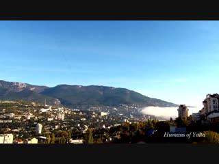 Как в Крыму остывает море: низкие облака накрыли Ялту туманом