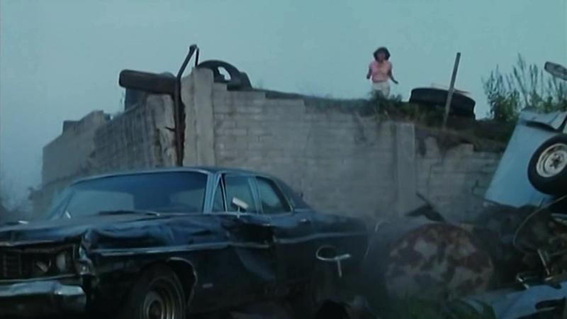 Дети на машине пытаются задавить девушку (Отрывок из фильма Кровавый день рождения)