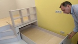 Небольшой подиум с рабочим местом или игровой зоной, в углу детской комнаты Мебель для квартир