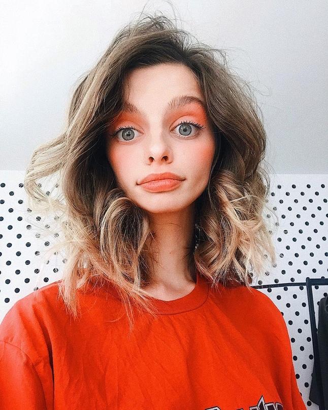 Девушка с очень большими глазами покорила интернет своими фотографиями