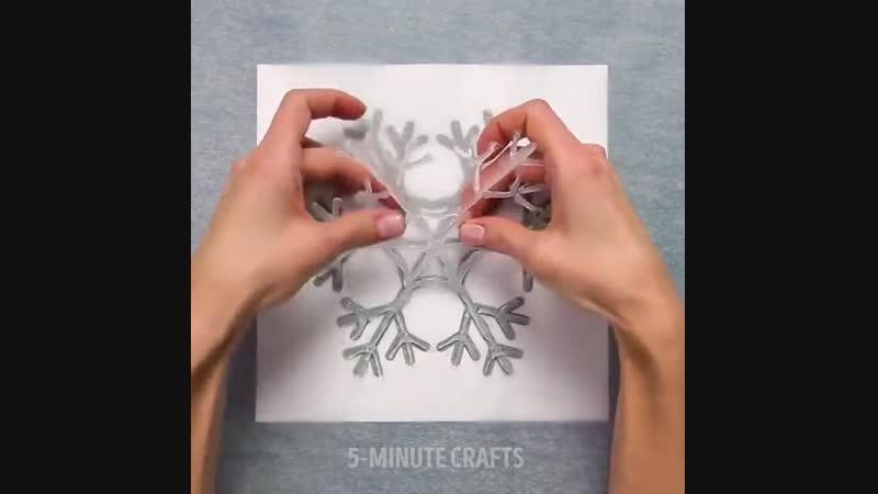 Новогодние украшения за 5 минут венок из вешалки и снежинки из клея