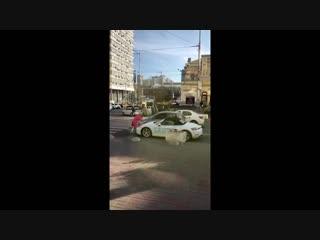 В центре Киева девушка с топором разрисовала и разбила Porsche