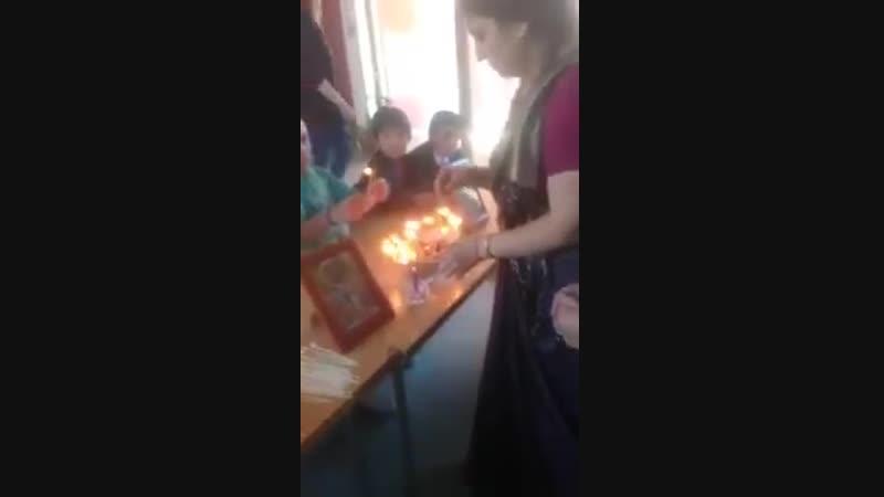 Дети в школе предлагают фитильки Господу Дамодаре (Чили 2018)