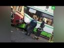 Водитель автобуса врезался в трамвай