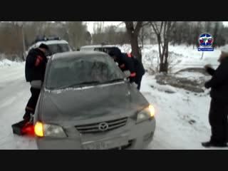 Новосибирские спасатели вытащили из припаркованной Мазды 3-летнюю девочку