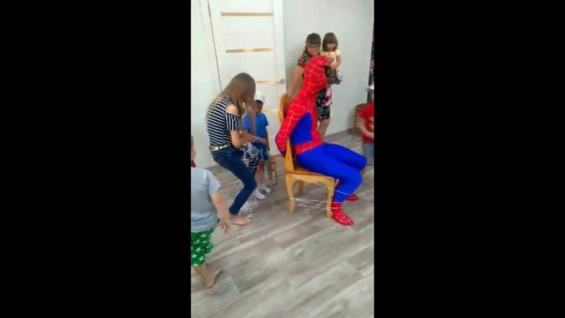 Дети взяли в плен Человека Паука Отрывочек