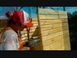 Девушка мастерит летний душ - Заметки строителя