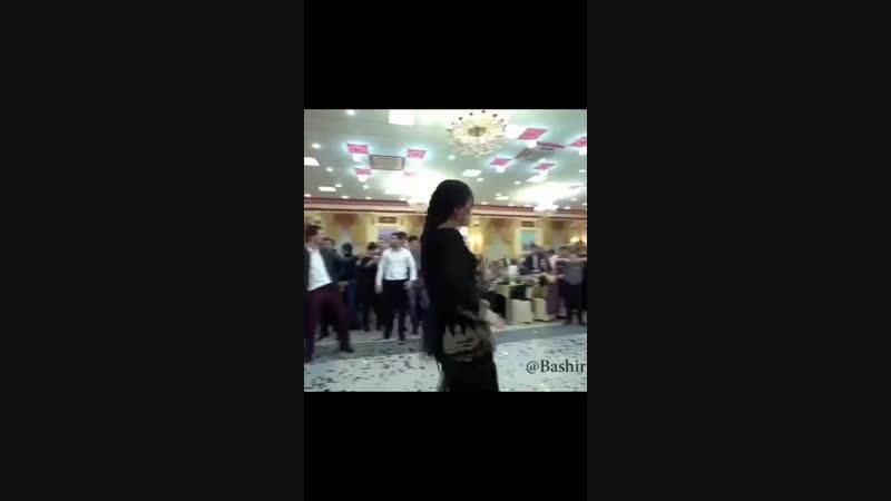 Девушка танцует 😍