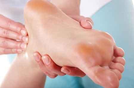 Регулярный массаж стопы может снизить напряжение, вызванное подошвенным фасциитом.