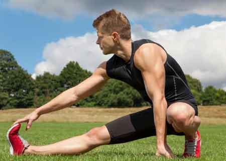 Упражнения на растяжку являются наиболее продуктивным средством для устранения дискомфорта от подошвенного фасциита.