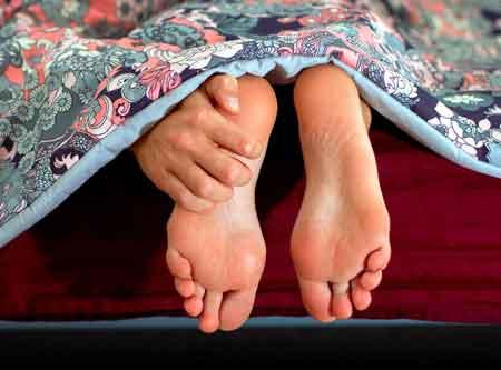 Подошвенный фасциит часто вызывает боль в ногах по утрам.